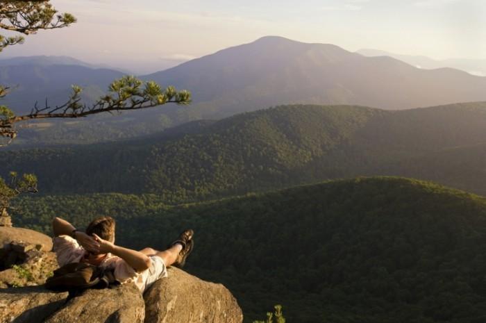 istock 000003050361medium 700x465 Парень перед пейзажем гор   Guy in front of mountain scenery