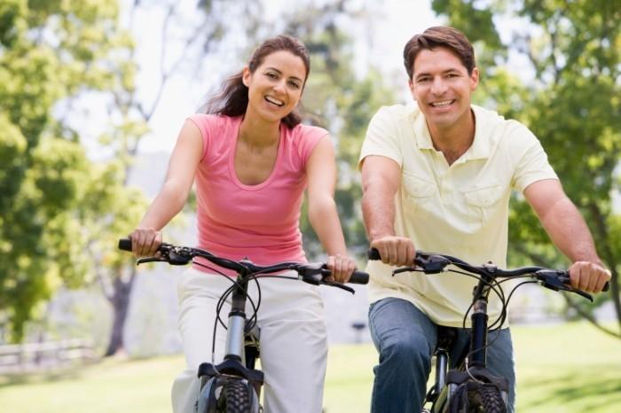 istock 000006007924 double 700x466 Пара на велосипедах   Couple on bicycles