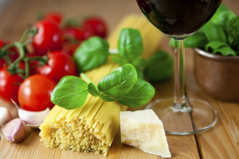 Итальянские макароны, сыр и вино
