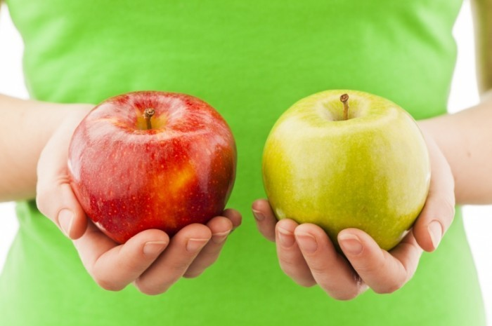 istock 000018870360 medium 700x465 Яблоки в руках   Apples in the hands of