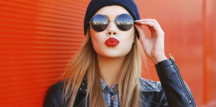 landscape 1435444576 lipstick 2istock 000067463075medium 700x349 Девушка в очках   Girl in glasses