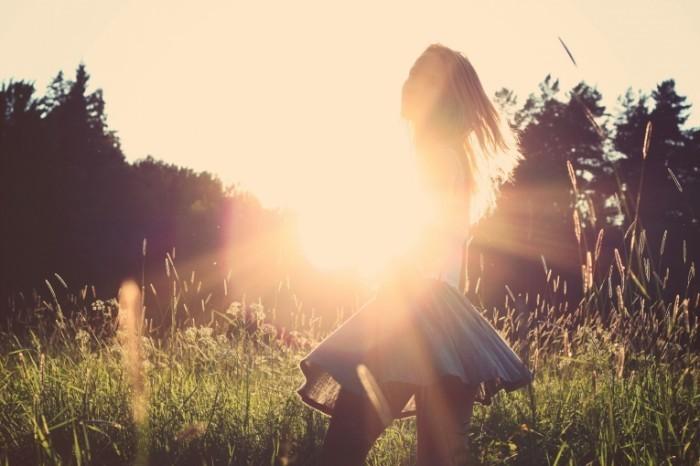 photo 1429277158984 614d155e0017 700x466 Девушка в лучах солнца   Girl in the sun