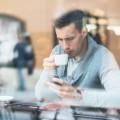 Парень с кофе и телефоном - Man with coffee and phone