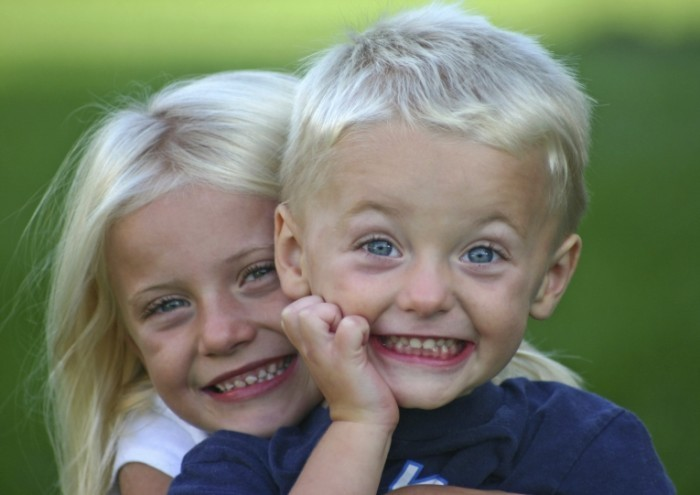 two blonde kids istock for sitting 700x495 Девочка с мальчиком   Girl and boy