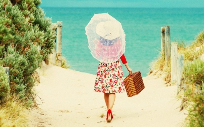 what to wear at the beach ftr 700x436 Девушка со шляпой и чемоданом   Girl with a hat and a suitcase