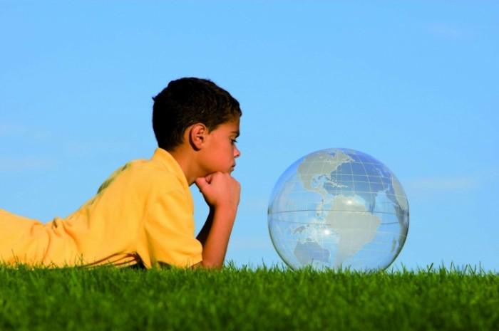 2014 07 Weltkugel Junge iStock 01 700x465 Мальчик с прозрачным шаром   Boy with a transparent ball