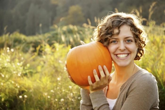 STOCK Woman with Pumpkin iStock 000008266848 Medium 700x467 Девушка с тыквой   Girl with pumpkin