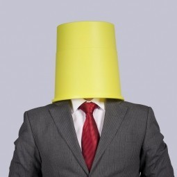 Бизнесмен с ведром на голове - Businessman with a bucket on his head