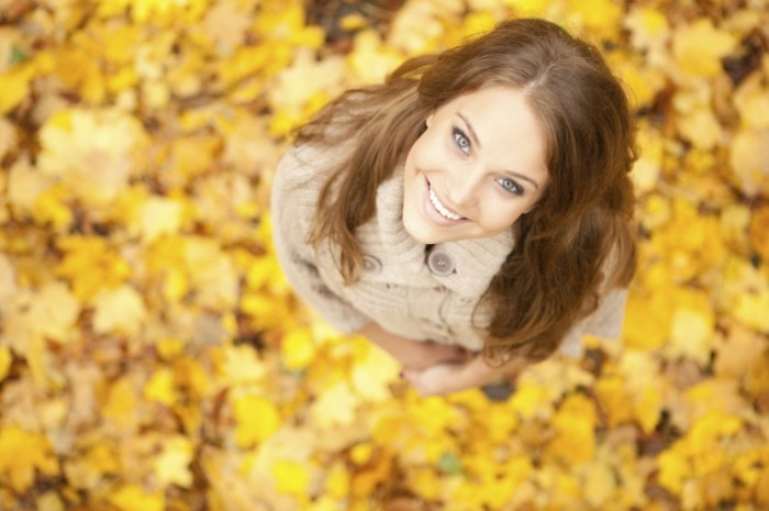 istock 000017300744medium 700x465 Девушка в листьях   Girl in the leaves