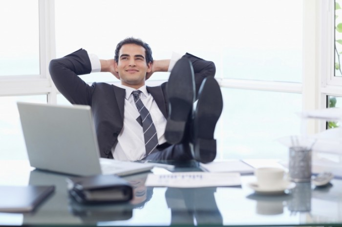 relaxing businessman istock 000018915137large 700x465 Бизнесмен за рабочим столом   Businessman at desk