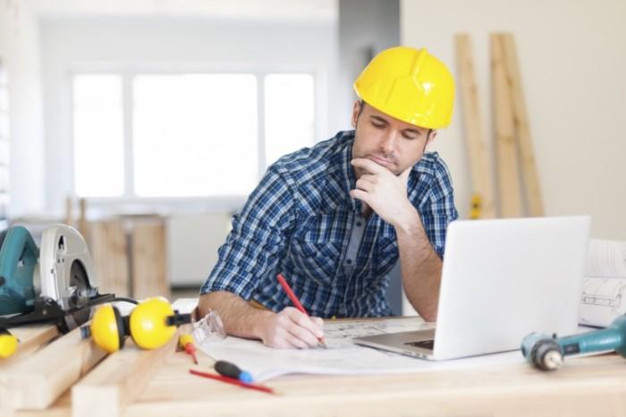 485188795 700x466 Строитель за ноутбуком   Construction worker at a laptop