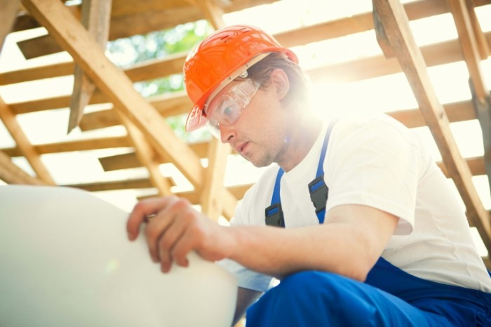Dollarphotoclub 26905897 1 700x466 Строитель с чертежом   Construction worker with a drawing