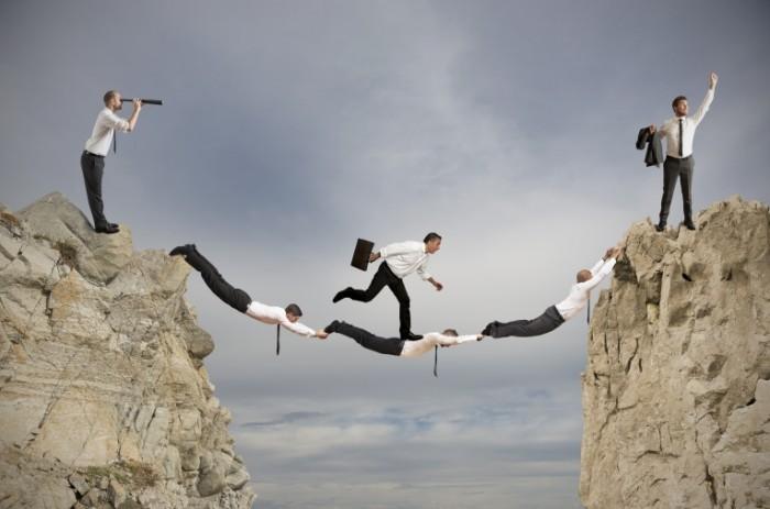 Dollarphotoclub 53924356 700x463 Бизнесмены над пропастью   Businessmen over the precipice
