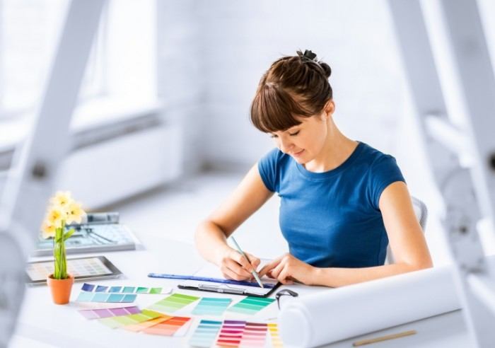 Dollarphotoclub 54936402 700x492 Девушка с палитрой краски   Girl with a palette of paints
