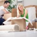 Счастливая пара с коробками - Happy couple with boxes