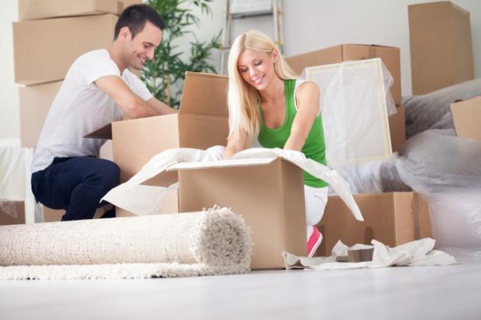Dollarphotoclub 56906050 700x466 Счастливая пара с коробками   Happy couple with boxes