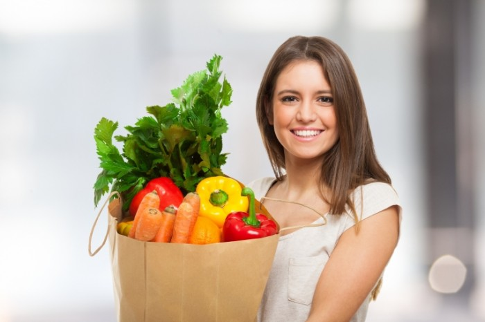 Dollarphotoclub 62173142 2 700x466 Женщина с пакетом овощей   Woman with bag of vegetables