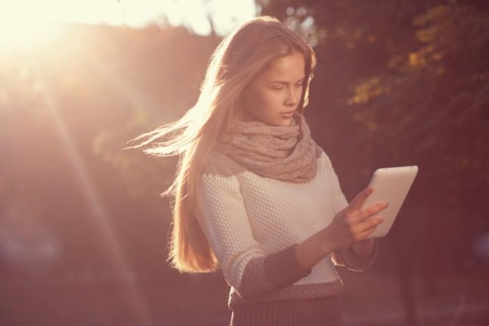 Dollarphotoclub 71902629 e1440029097898 700x466 Девушка с планшетом   Girl with tablet