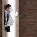 Бизнесмен между стен - Businessman between walls