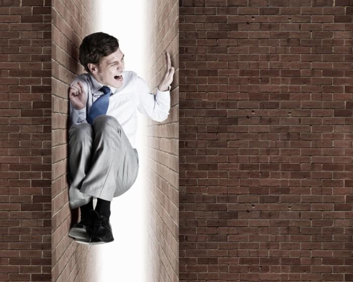 Dollarphotoclub 89393353 700x560 Бизнесмен между стен   Businessman between walls