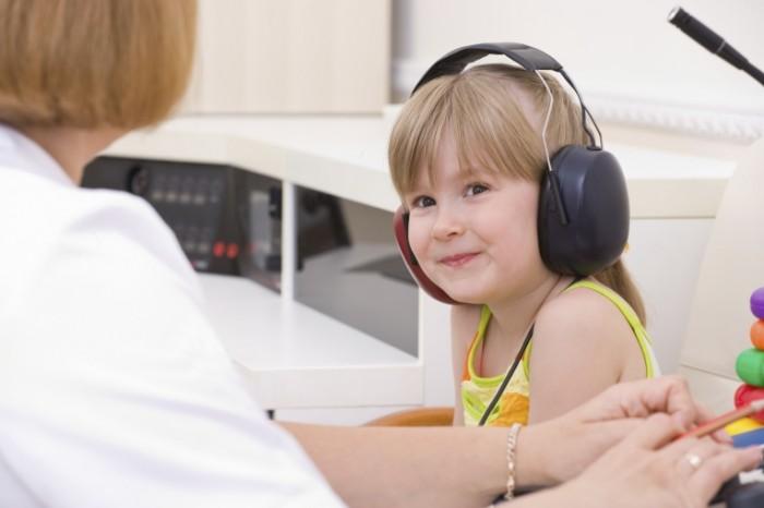 Hearing test istock 700x466 Девочка в наушниках   Girl with headphones