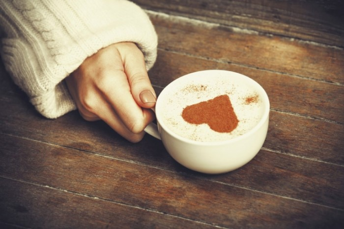 girl holding coffe with heart 700x465 Кофе с пенкой   Coffee with foam