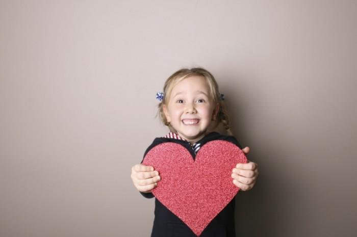 hr istock 000005113823medium 700x465 Девочка с сердечком   Girl with heart