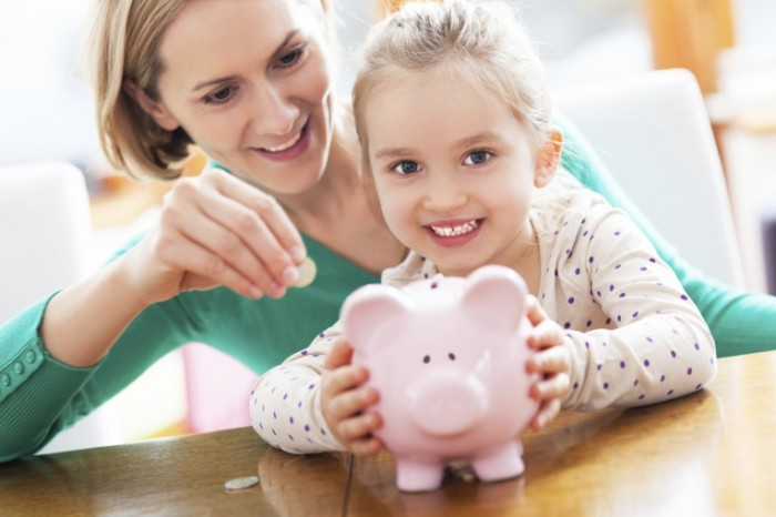 iStock piggy bank 700x466 Мама с дочкой с копилкой   Mother and daughter with piggy bank
