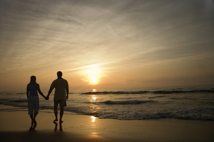 iStock 000012453717 Medium 700x465 Пара на берегу   Couple on the coast
