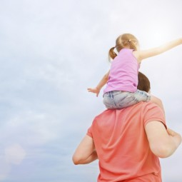 Папа с дочкой на плечах - Dad with his daughter on his shoulders