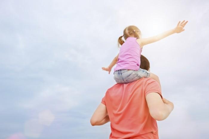 iStock 000020401975 Medium 700x465 Папа с дочкой на плечах   Dad with his daughter on his shoulders