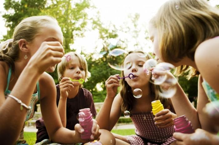 istock 000011882908 large 700x464 Дети с мыльными пузырями   Children with soap bubbles