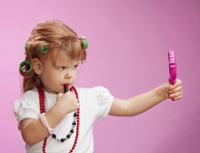 istock 000020233005 double 700x536 Девочка с зеркалом и помадой   Girl with mirror and lipstick