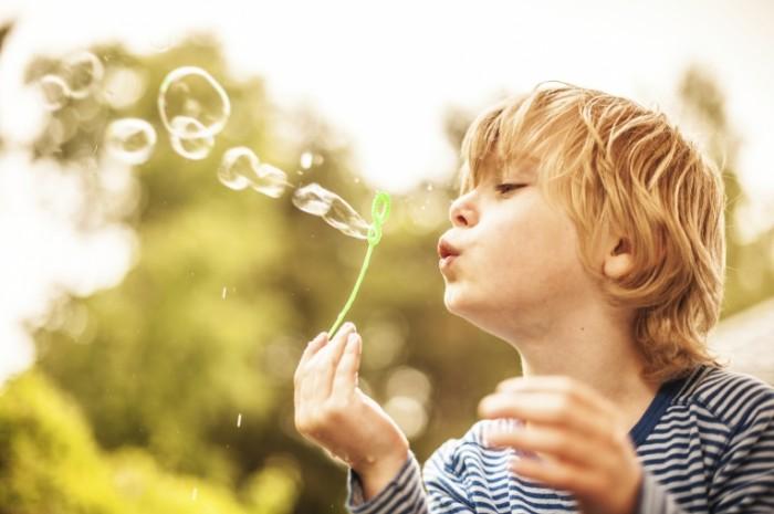 istock 000020664275medium 1 700x465 Мальчик с мыльными пузырями Boy with soap bubbles