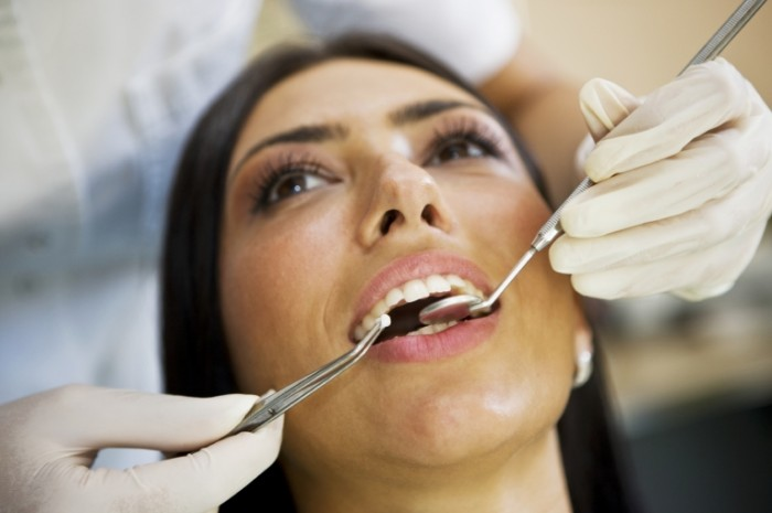 lady at dentist istock 000006316398medium 700x465 Женщина у стоматолога   Woman at the dentist