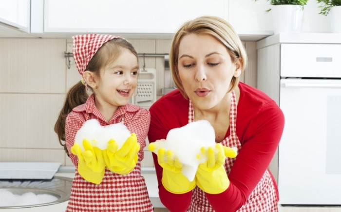 mom and daughter cleaning ftr 700x437 Мама с дочкой в перчатках   Mother and daughter wearing gloves