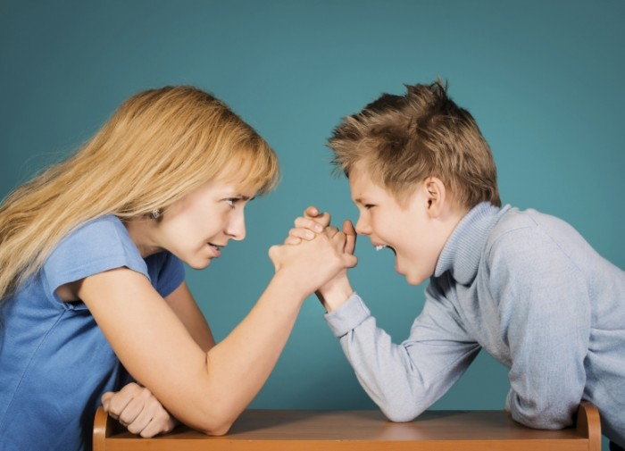 mom son power struggle istock 700x505 Борьба на руках   Fight on his hands
