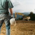 Строитель с каской в руке - Construction worker with helmet in hand