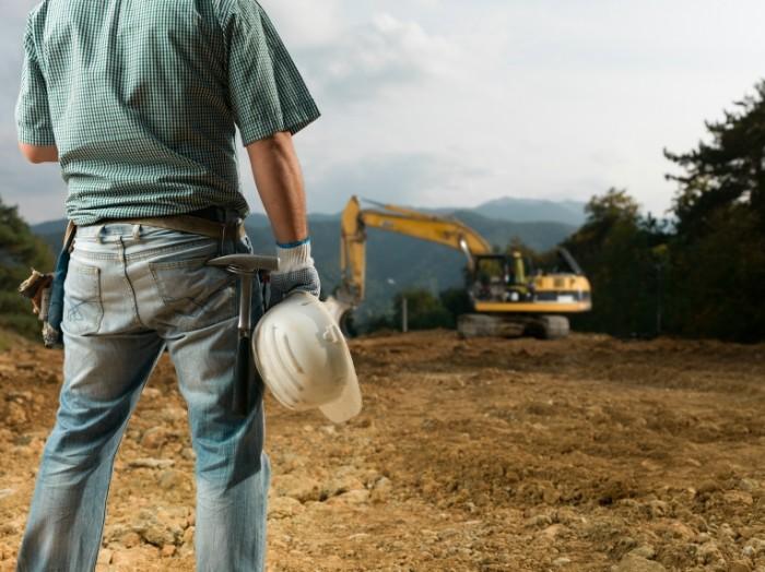 shutterstock 221972275 kleiner 700x524 Строитель с каской в руке   Construction worker with helmet in hand