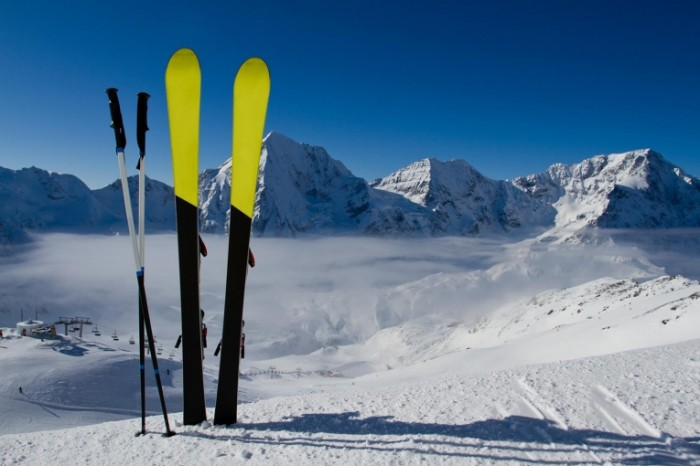 2134 shutterstock 114371617 700x466 Лыжи в снегу   Skiing in the snow
