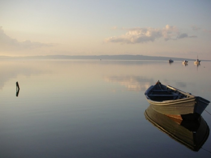 Dollarphotoclub 16412702 1024x768 700x524 Лодка на воде   Boat on water