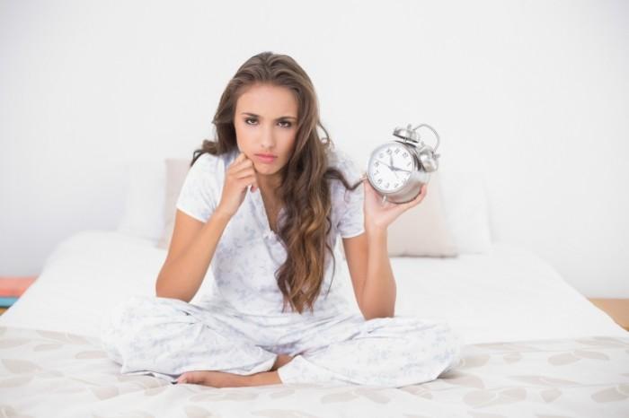 Dollarphotoclub 56775894 700x466 Девушка с будильником   Girl with alarm clock