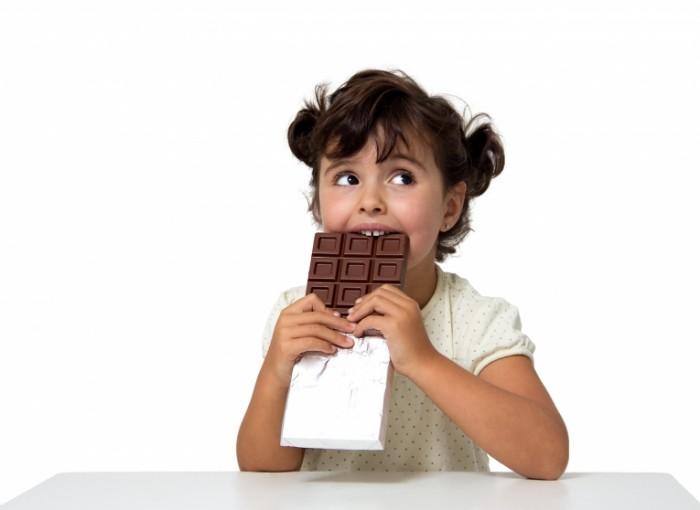 Dollarphotoclub 58476095 700x510 Девочка с шоколадкой   Girl with chocolate