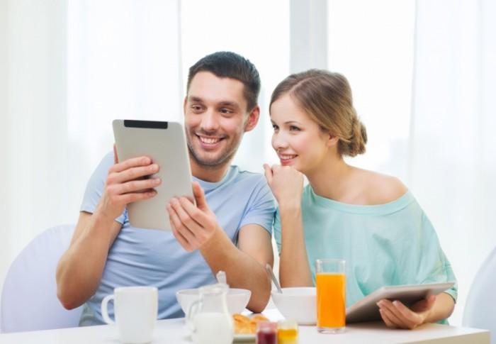 Dollarphotoclub 62865527 700x485 Пара с планшетом   Couple with tablet