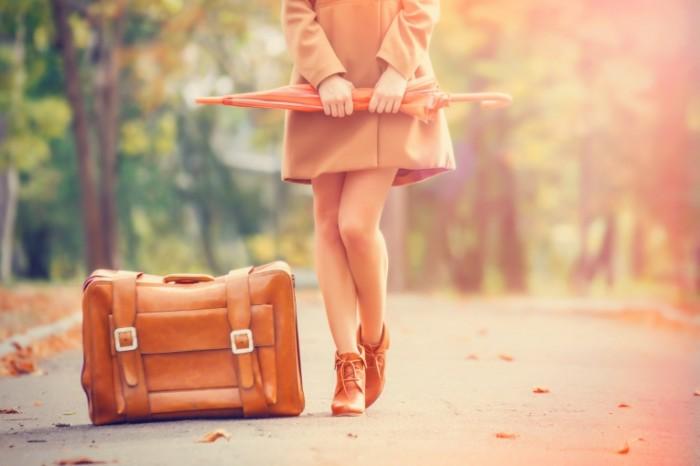 Dollarphotoclub 69484559 700x466 Девушка с чемоданом и зонтом   Girl with a suitcase and an umbrella
