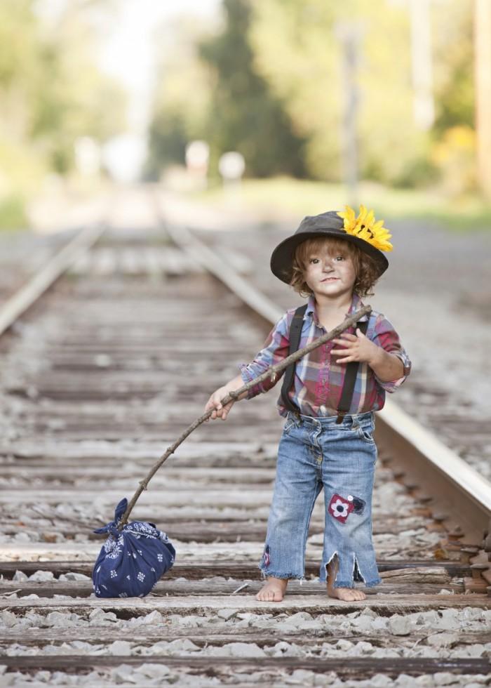 Dollarphotoclub 80770218 700x980 Грязный мальчик на рельсах   Dirty boy on rails