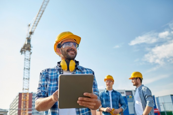 fotolia 88855139 subscription monthly m 700x466 Строитель с планшетом   Construction worker with tablet