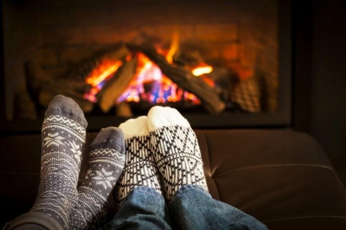 shutterstock 142464652 700x466 Ноги у камина   Legs fireplace