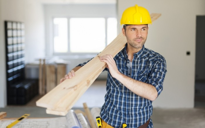 shutterstock 185874053 700x437 Мужчина с досками   Man with the boards