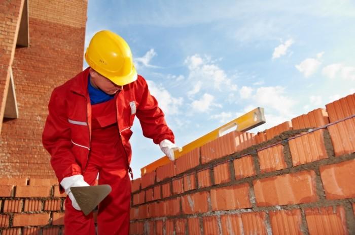 shutterstock 86219923 700x465 Строитель и кирпичи   Builder and bricks